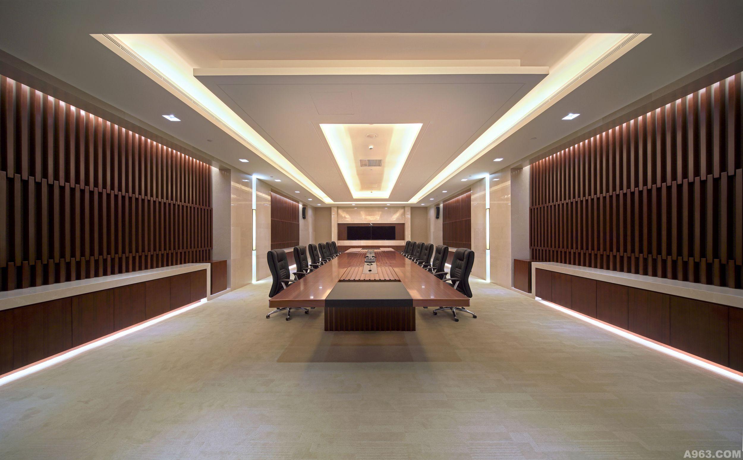 希格玛高端商务会议中心项目是用于高端会议接待所设立的。针对本次对室内部分的方案设计,我们充分研究、理解其功能性质,对功能部分做详细设计规划,完成了针对性的设计,并提供了整体的施工服务。 案例中重点强调了室内装饰风格的统一,运用简约的装饰元素,强调大体块的排列与组合,使空间显得统一、现代、庄重。入口处通过木质体块与钢化玻璃穿插,通过灯光的照射,产生出整体造型大气磅礴的视觉感受。前厅作为一个接待的重要空间,它担负着接纳与流通的主要责任,因此在设计整体把握上,力求简洁明快,突出整体感,天然石材不同规格的铺设,本