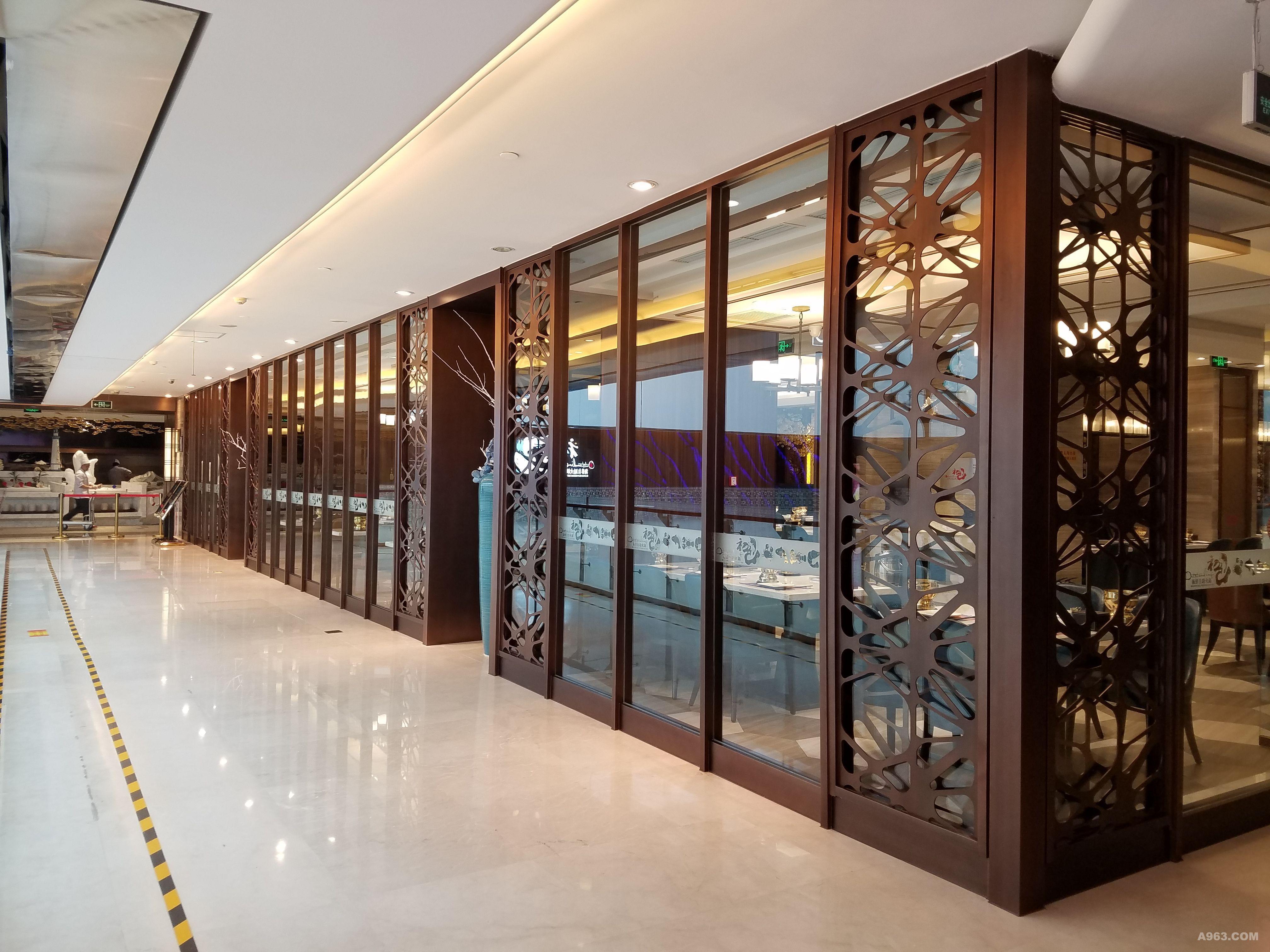 该区域预留大面积透明客人,吸引玻璃中厅过来的美食.太阴师阴阳卡商场图片