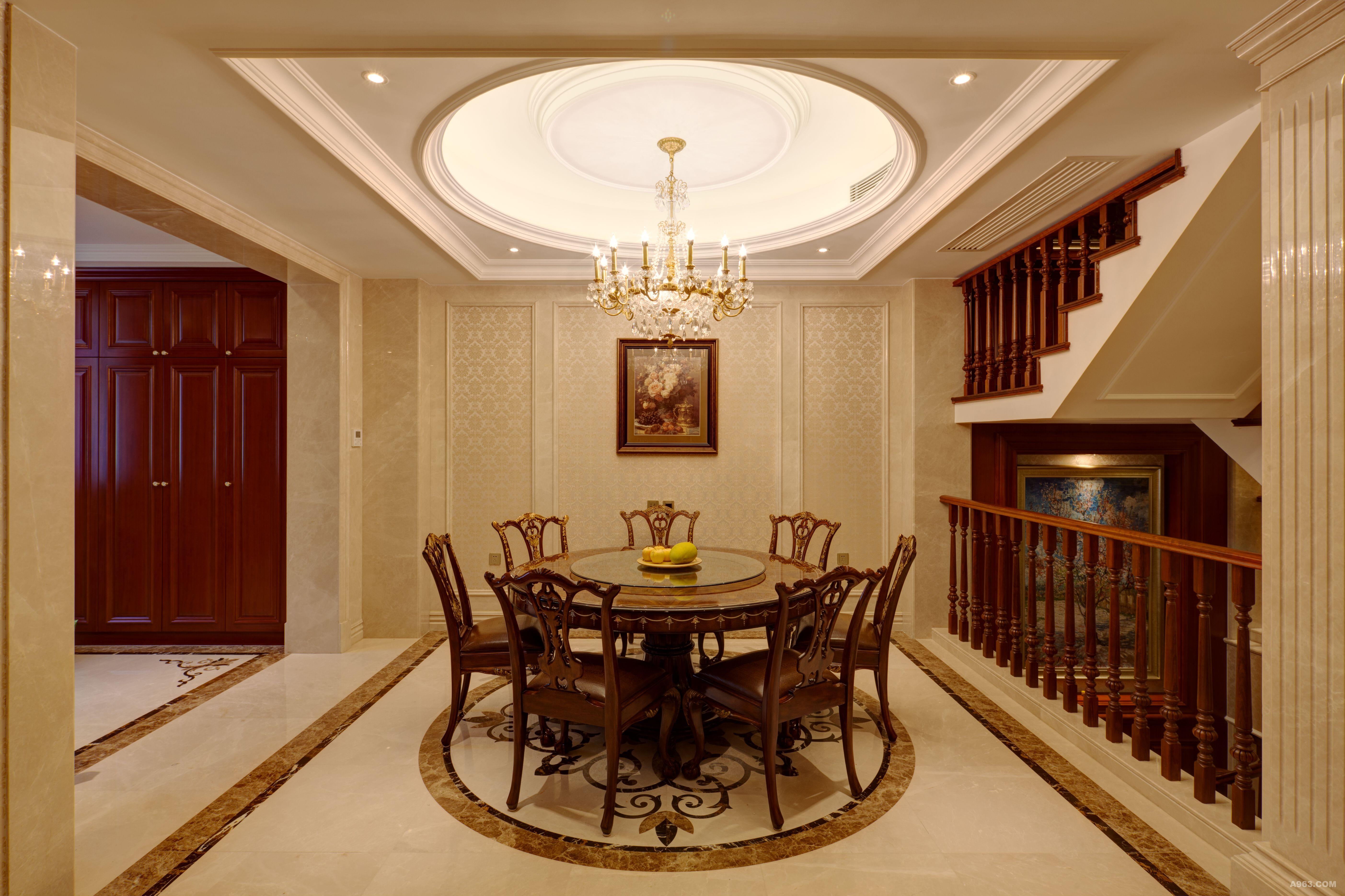 二层餐厅,欧式家具,圆形吊顶与地面石材拼花相呼应