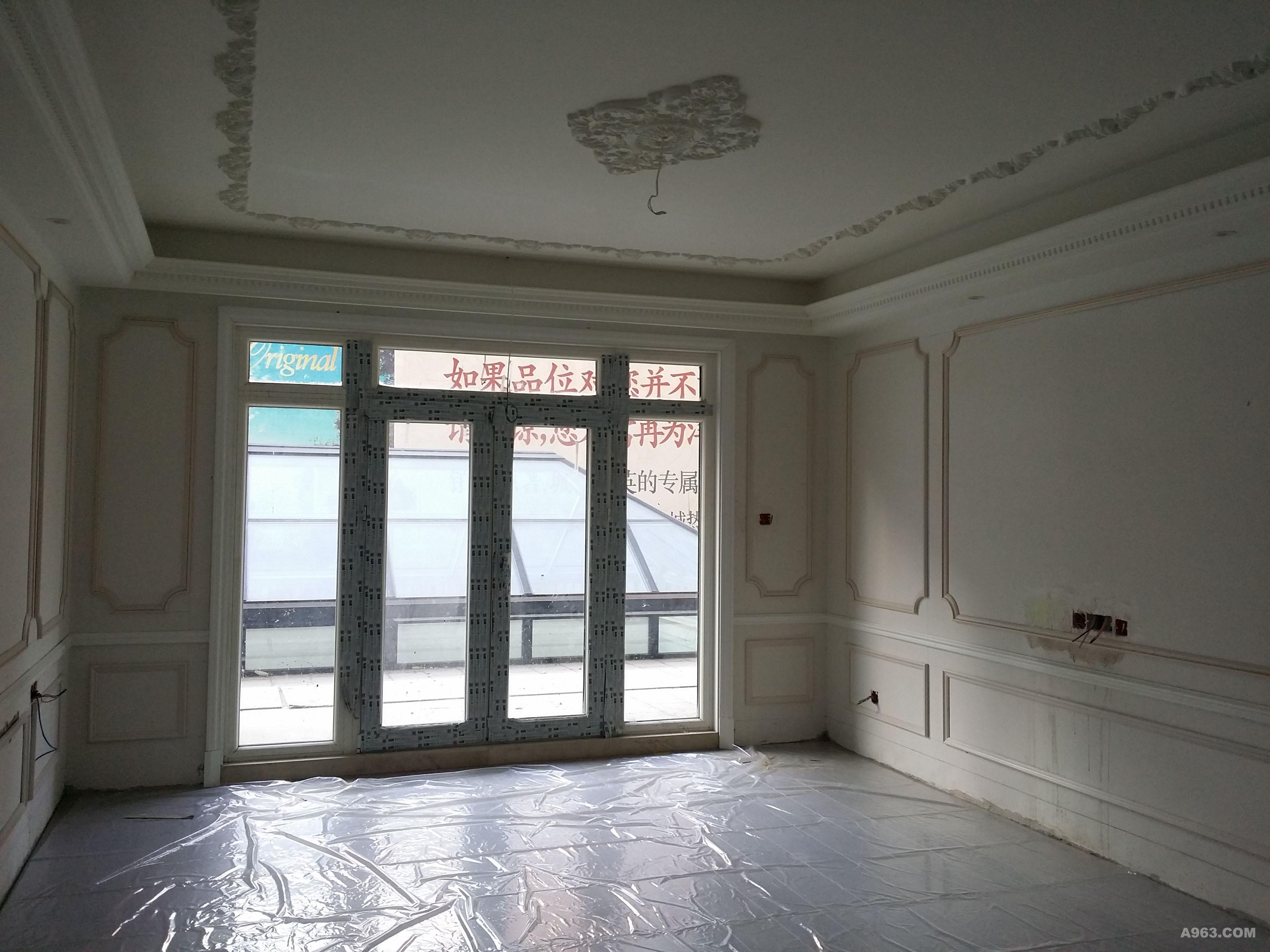 落地推拉门大客厅,子母门厨房,蓝白色瓷砖装点的地中海气质花园庭院