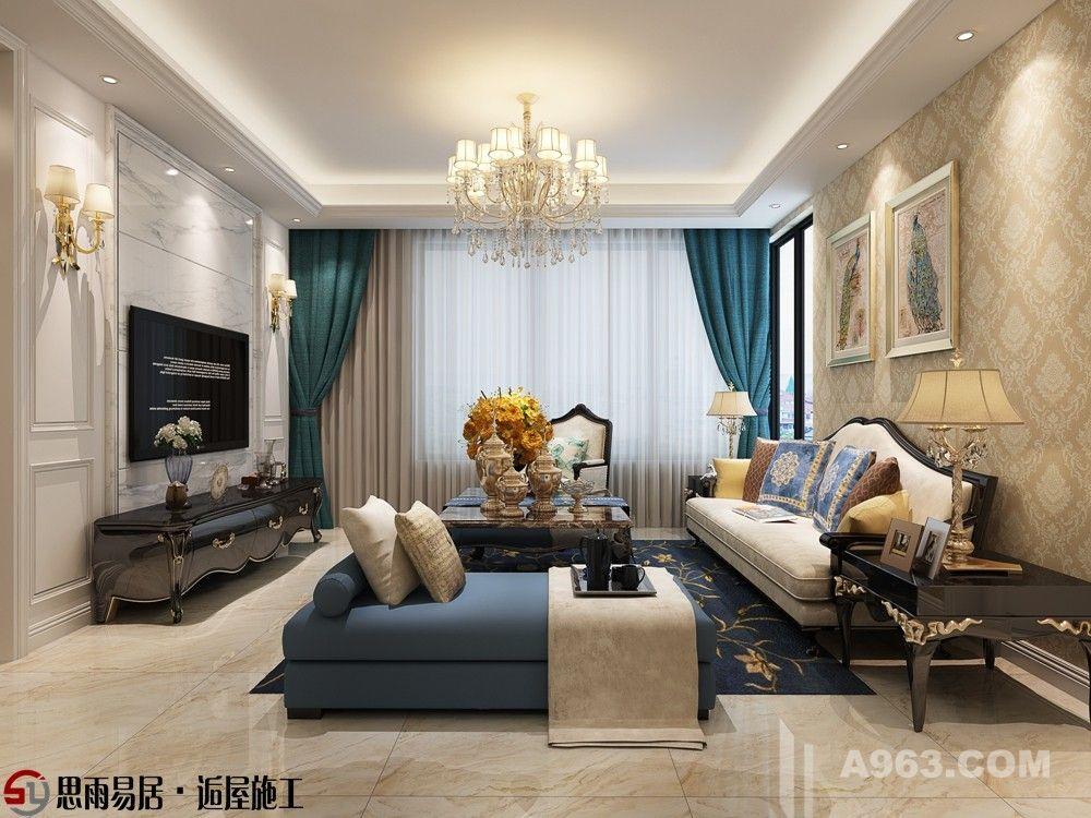 客厅以白色,淡色为主,淡黄色的花纹壁纸,白色沙发搭配丝质面料的沙发